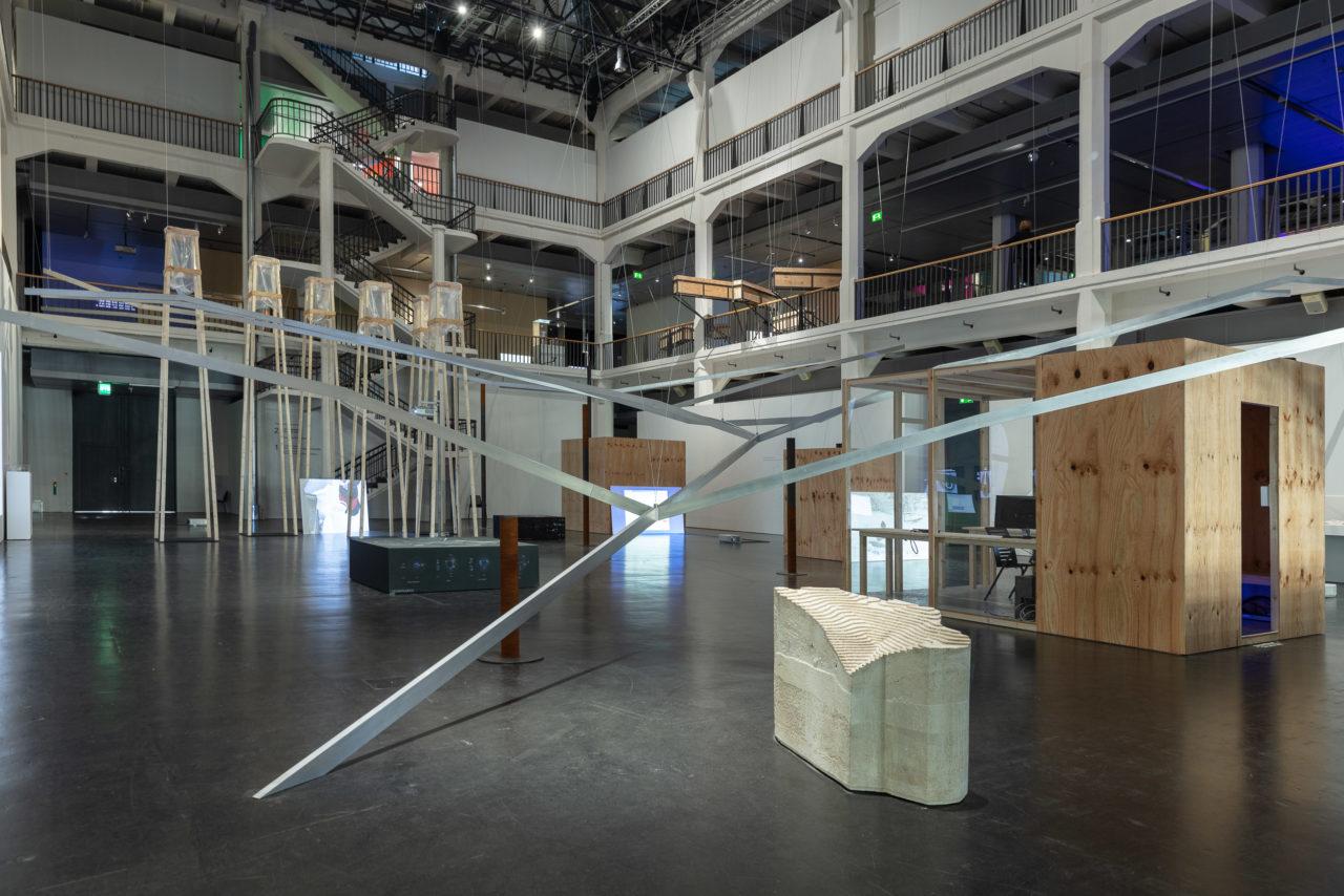 Installationsansicht des Critical Zone Observatory Space von Alexandra Arènes und Soheil Hajmirbaba