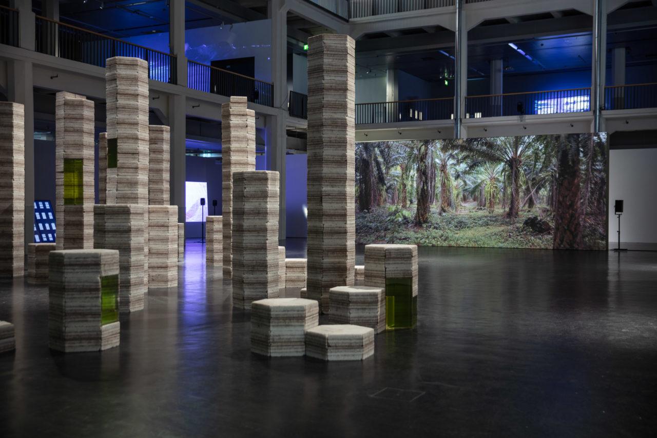 Ausstellungsansicht der Installation Future Fossil Spaces von Julian Charrière