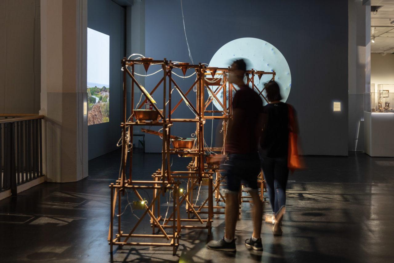 Ausstellungsansicht der Installation Hidroscopia Loa von Claudia González Godoy