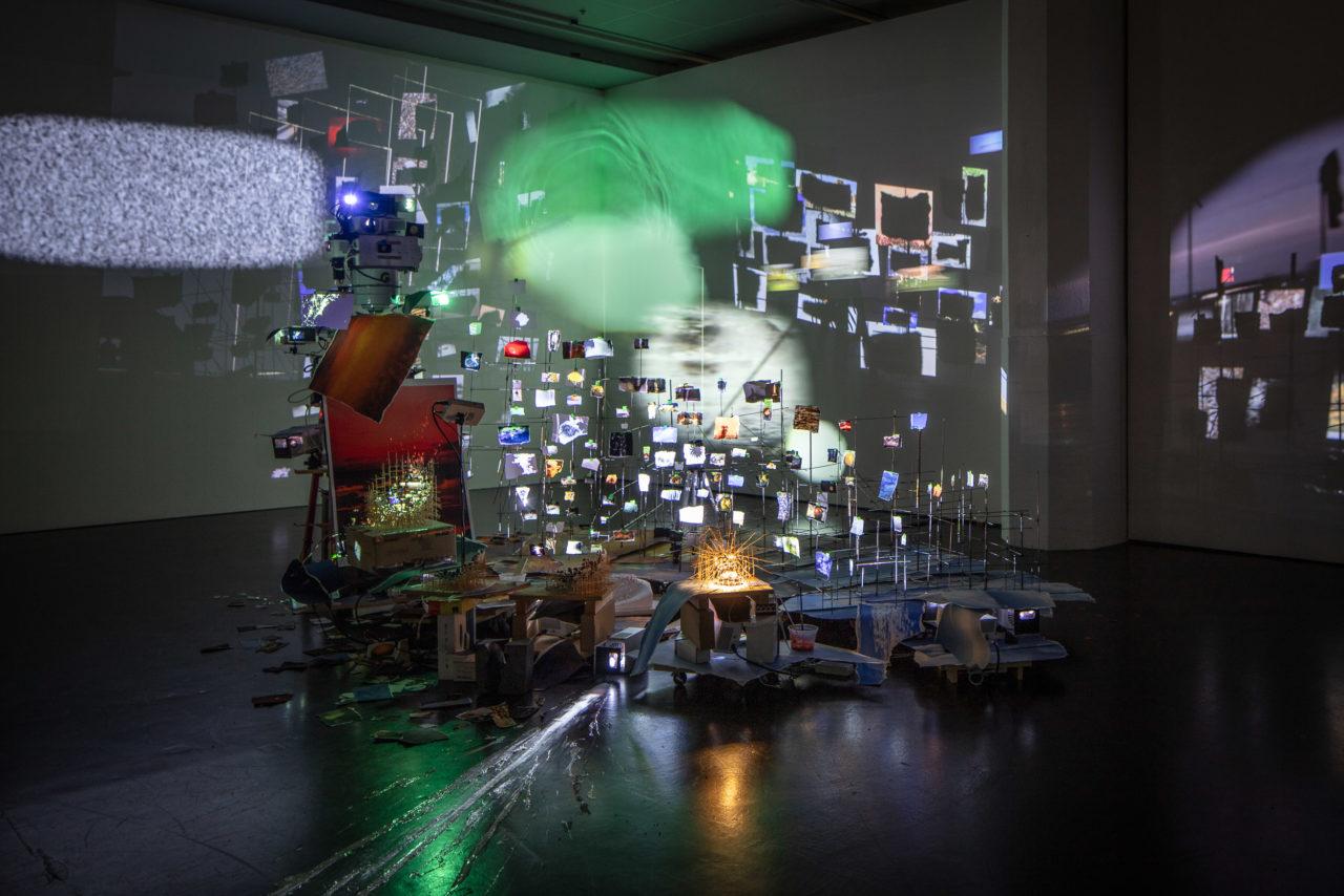 Installationsansicht der Arbeit Flash Point (Timekeeper) von Sarah Sze